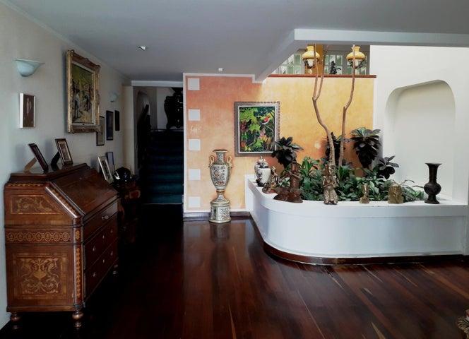 Casa Distrito Metropolitano>Caracas>Cumbres de Curumo - Venta:690.000 Precio Referencial - codigo: 20-12643