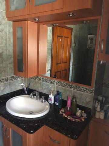 Casa Vargas>Catia La Mar>Playa Grande - Venta:125.000 Precio Referencial - codigo: 20-22834