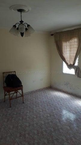 Townhouse Miranda>Cua>Villa Falcon - Venta:8.000 Precio Referencial - codigo: 20-24023