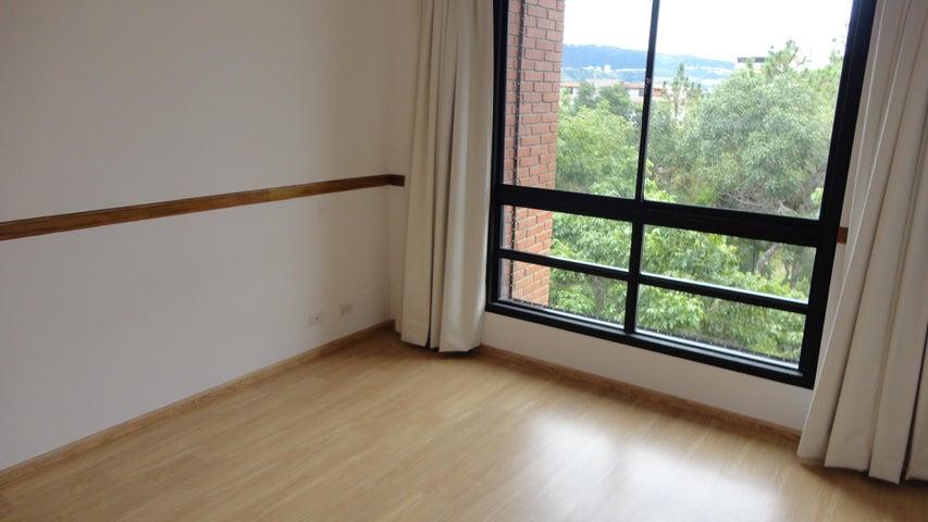 Apartamento Distrito Metropolitano>Caracas>Colinas de Valle Arriba - Alquiler:1.700 Precio Referencial - codigo: 21-4078
