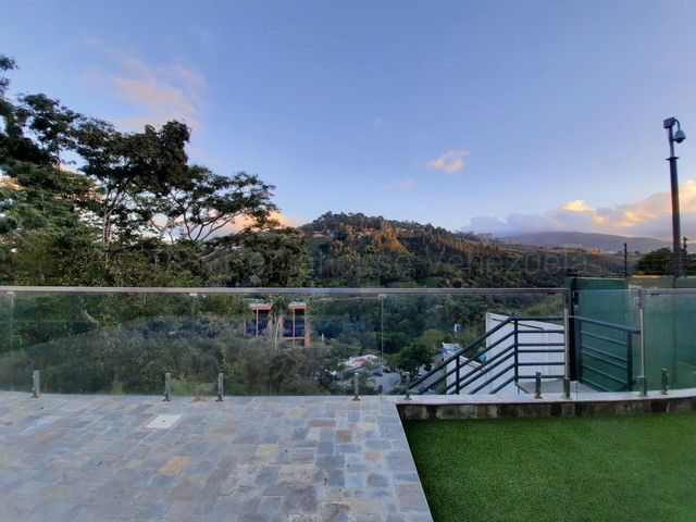 Casa Distrito Metropolitano>Caracas>Colinas del Tamanaco - Venta:1.100.000 Precio Referencial - codigo: 21-16933