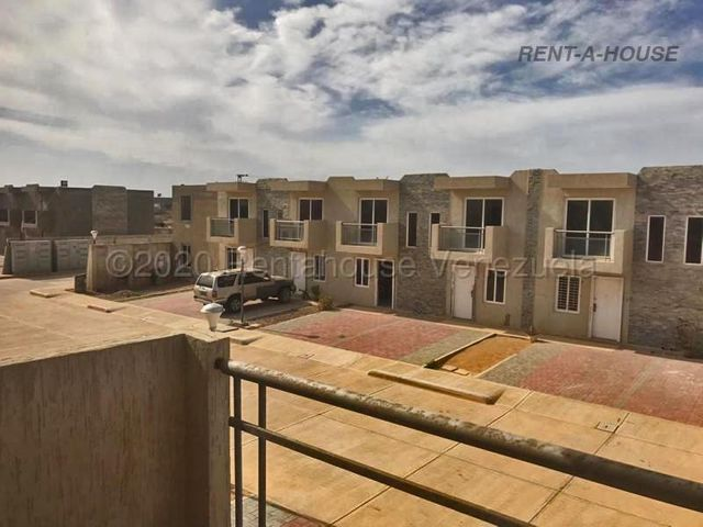 Townhouse Falcon>Punto Fijo>Puerta Maraven - Venta:17.000 Precio Referencial - codigo: 21-17007