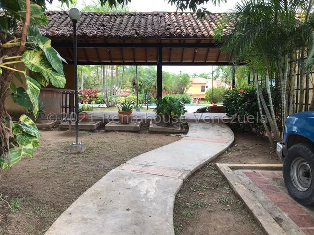 Townhouse Carabobo>Municipio Naguanagua>Tazajal - Venta:70.000 Precio Referencial - codigo: 21-22628