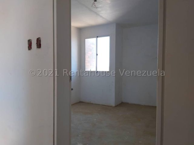 Townhouse Falcon>Punto Fijo>El Cardon - Venta:20.000 Precio Referencial - codigo: 21-27586