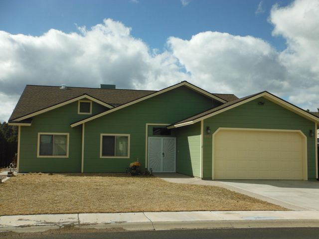 Great home in centrally located subdivision in Show Low!